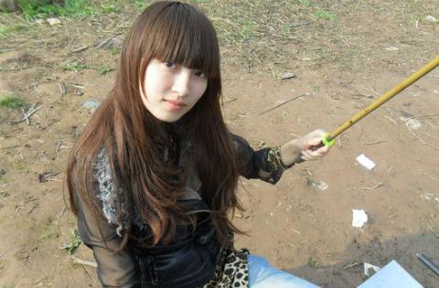 农村女生钓鱼钓到重物,仔细一看,需要挖掘机才能拉上来!