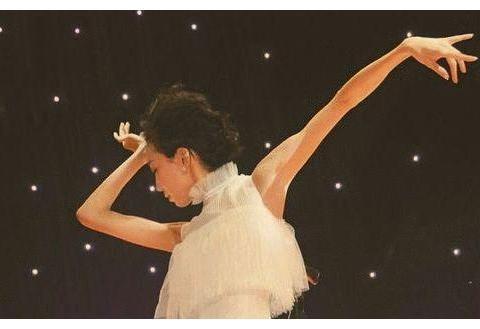 她曾是著名舞蹈演员,是张艺谋一生愧对的人,如今38岁仍是单身