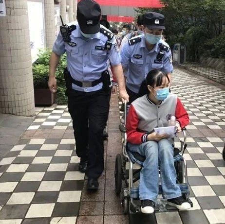 中考首日,她坐着轮椅进考场