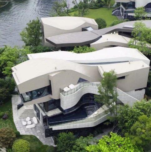 成都1.5亿豪宅火了!一小张地毯10w,买就送游艇码头,网友:都很满意,就差钱了。