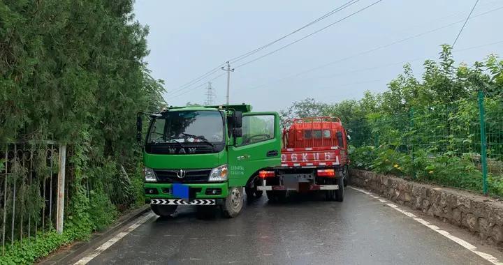 雨天路滑两货车相撞,消防员救出一名被困司机