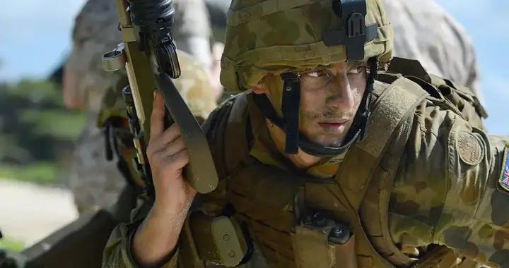澳大利亚这次没办法,美军飞来就确诊新冠,五角大楼下令继续行动