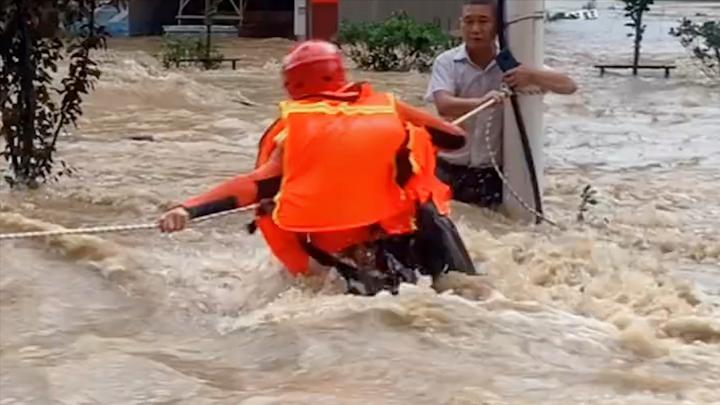 注意安全!鄱阳消防员激流中救援被困人员 全县14座圩堤决口