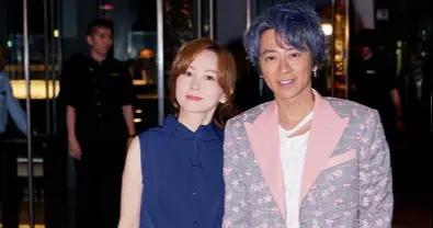 孙耀威携老婆亮相,一头蓝发配花西装,陈美诗默契穿蓝色连衣裙