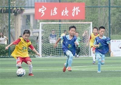 """最萌娃娃兵率先登场""""晚报杯""""足球赛火热开战"""