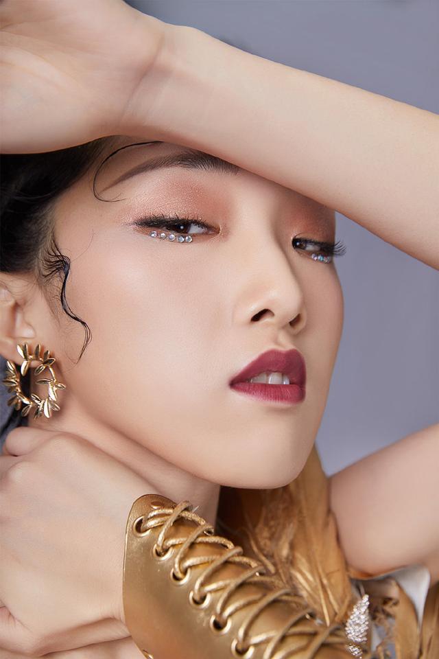 火箭少女再曝团体造型,杨超越眼妆出圈,傅菁异域风造型美艳迷人