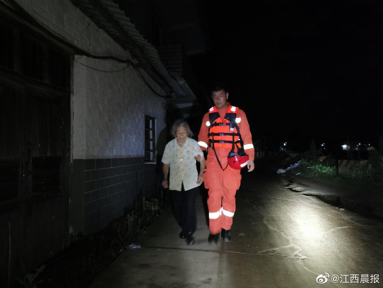 江西九江永修县三角联圩溃堤 消防紧急营救1000余人