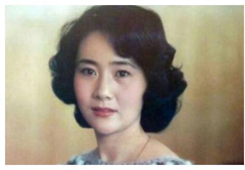 她曾是央视春晚主持人,遭遇两次婚姻失败,如今74岁仍单身一人