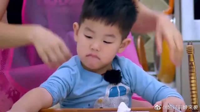 妈妈是超人:小鱼儿为了抢玩具,一口喝完一碗粥,安吉都看呆了!