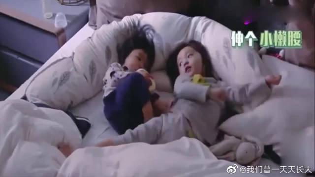 波妞和咘咘刚睡醒的样子好可爱 波妞调皮地挥动小脚丫!