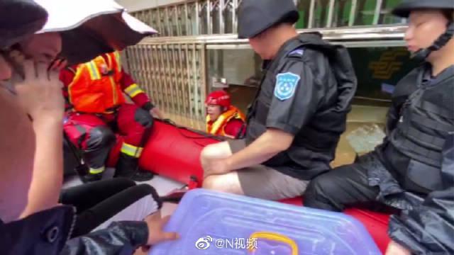 柳州洪水淹没银行一楼,消防员协助转移10万现金