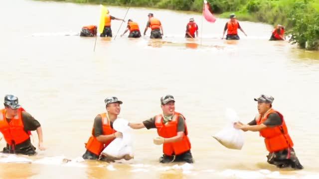 南昌抗洪一线 东部战区空军连夜筑起堤坝