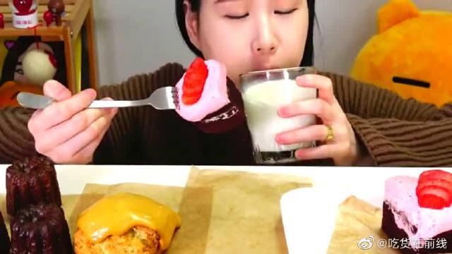美食吃播:大胃王小姐姐吃巧克力草莓蛋糕配牛奶……