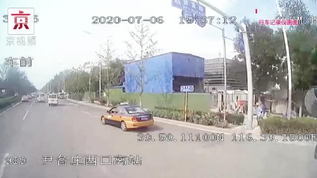 路遇小汽车起火 公交工作人员临危冷静救援!
