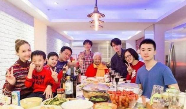晒晒马景涛如今住的豪宅,一家九口都住一起,餐厅像宴会厅一样大