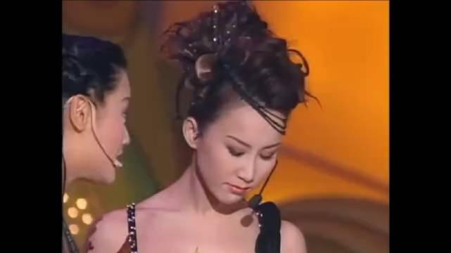 李玟在港姐总决赛时表演,欣赏一下年轻时coco的盛世美颜