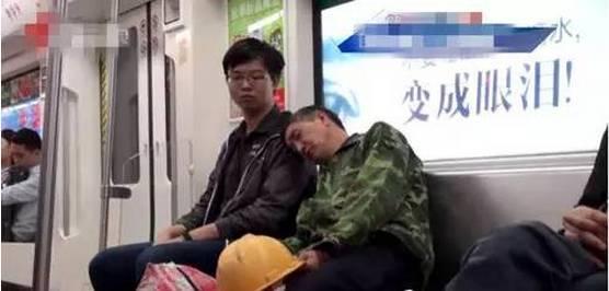 农民工大叔地铁上靠女孩肩膀睡着,她的一个动作让众人钦佩不已