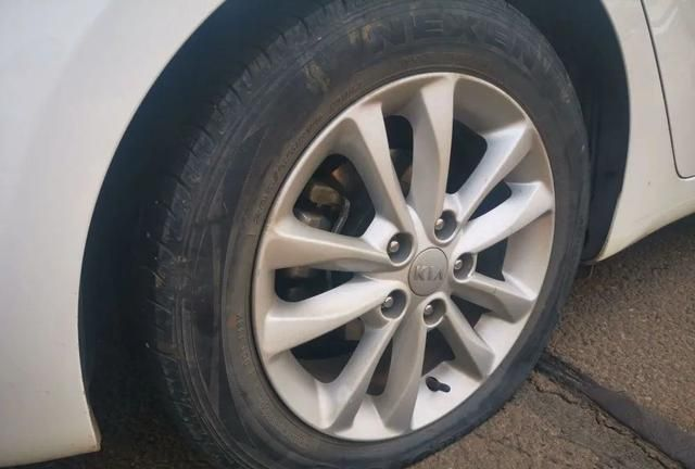 线上配资 轮胎多久可以换位?老司机:记住这个数
