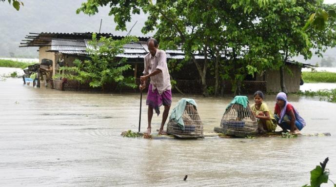 印度东北部连日暴雨致42死:逾百万居民离家……