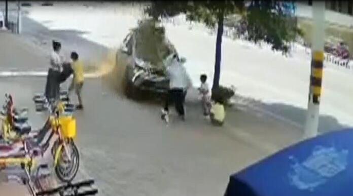 市区红花湖路一轿车冲上人行道致2路人受伤