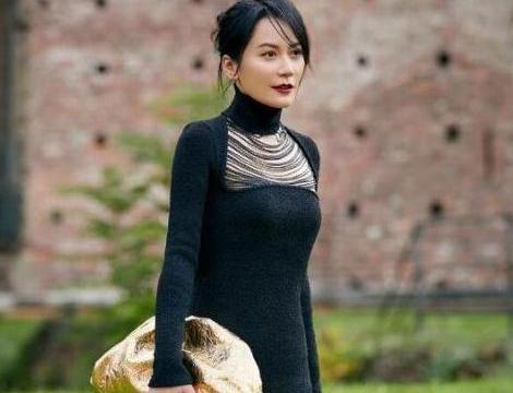"""49岁的俞飞鸿,穿丝绒连衣裙格外美,被她的""""括号臀""""惊艳到了"""