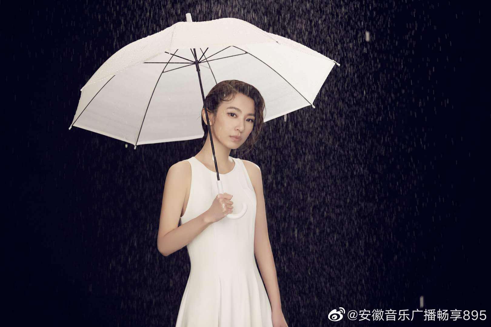 正式上线,@田馥甄Hebe 撑伞漫步于西洋镜转台……
