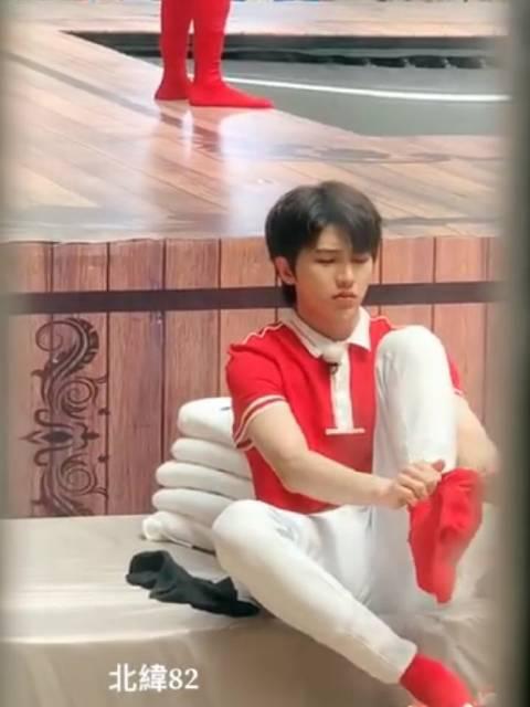 哈哈哈在线看三岁小盆友蔡徐坤穿袜子