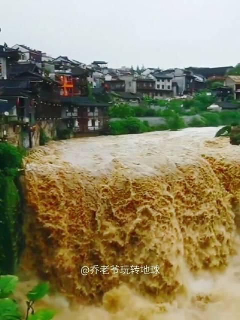 湘西芙蓉镇,都说是挂在瀑布上的古镇,瀑布宏大震撼