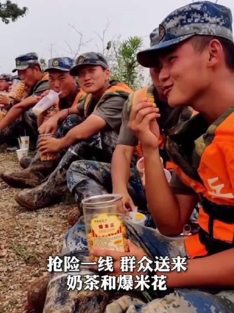 这一幕笑着看哭了!抗洪官兵收到群众送的爆米花,笑得像个孩子!