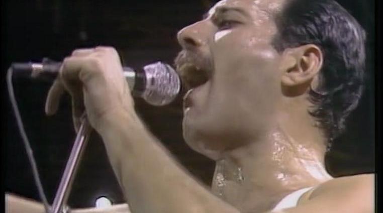 1985年的今天,伦敦温布利体育场Live Aid(拯救生命)现场……