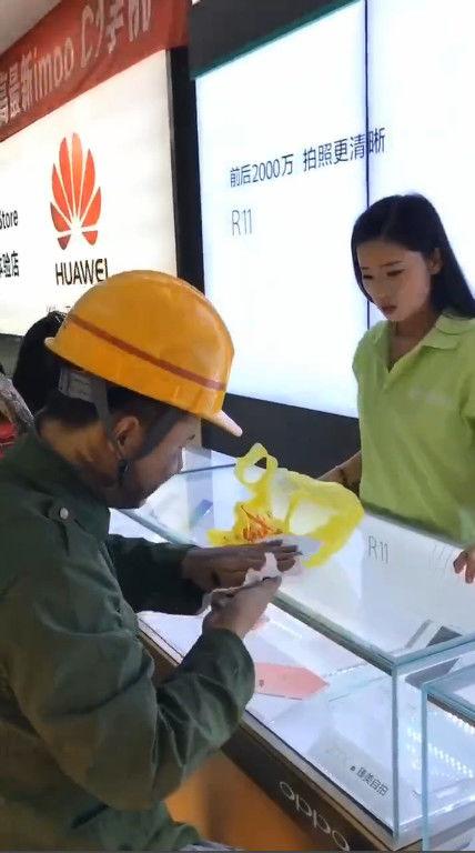 农民工大哥买手机被嫌弃,出门后的做法让时尚女孩说不上来!