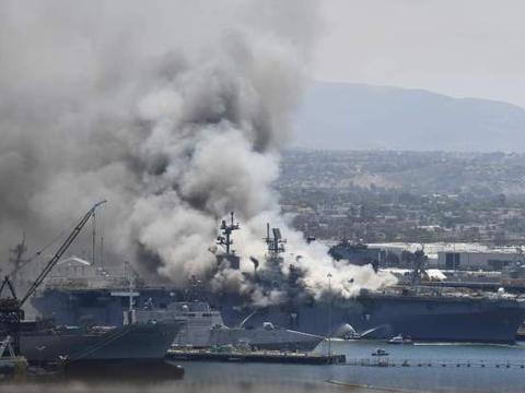 美两栖攻击舰爆炸升起火球!现场浓烟滚滚,火情难控21人重伤住院