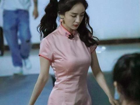 岁月从不败美人?杨幂一身紫粉旗袍太惊艳,蚂蚁腰堪称典范