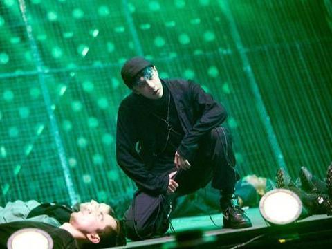 《街舞》微电影上线倒计时!王一博燃翻全场,蓝绿造型首度曝光