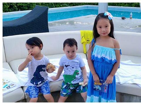 关颖带三个孩子游泳,她的身材火辣,大长腿很抢眼
