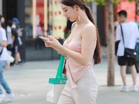 路人街拍系列:丝绒吊带上衣+纺纱直筒裤,尽显傲人好身形