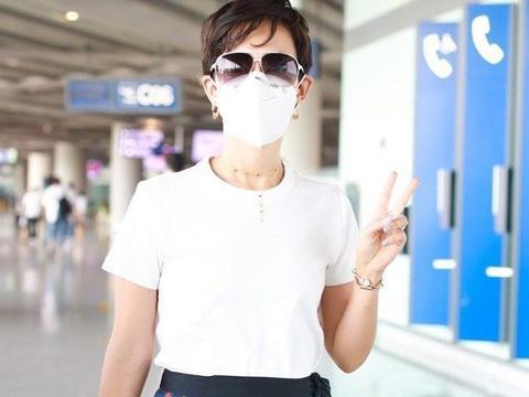 卢靖姗街拍:白T恤搭配腰果花半裙 Dior蒙田包优雅迷人