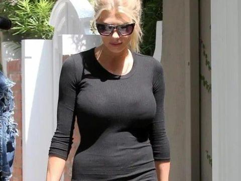 夏洛特·麦金尼出街,身穿黑色紧身裙,戴墨镜霸气十足