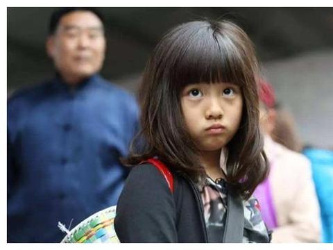 看到孙莉的蹲姿,网友:难怪14岁的多多,就显露出了女神气质