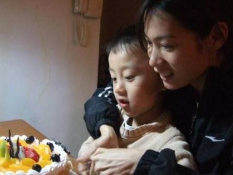 小男孩开心过生日,看到蛋糕却情绪失控大哭,放过孩子吧