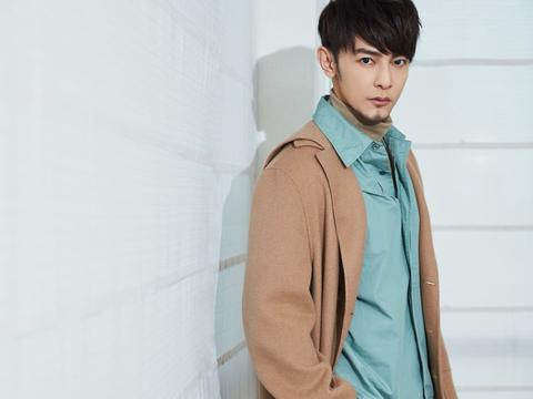 汪东城化身细腻型男,羊绒大衣搭配衬衫加短裤,是冷还是热
