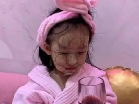 伊能静才是富养女儿,让孩子喝红酒敷面膜,网友:还花钱美甲变美
