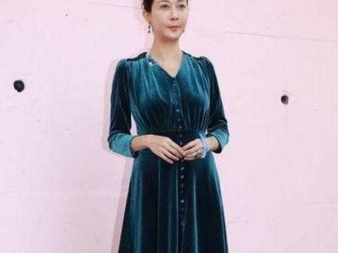 吴绮莉高调复出拍戏,一袭蓝丝绒长裙优雅贵气,重现港姐风采