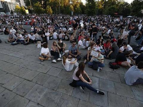 塞尔维亚动乱升级,国防部长称可能存在政变,武力夺权或成现实