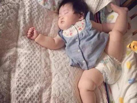 宝宝睡觉时的奇葩事,真让人绝望,爸爸:快来救我,我被屎包围了