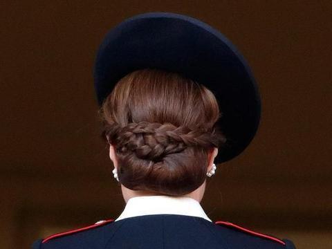 凯特喜欢梳发髻,据称从来没有完全相同的两次,扎法不难
