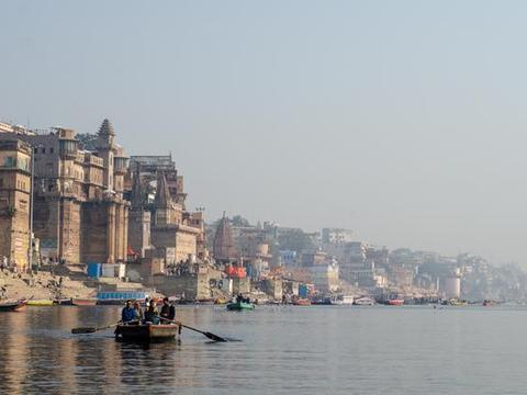 实拍印度圣城瓦拉纳西,当地人每天都去恒河沐浴,如今成旅游景点