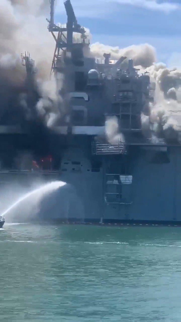 """机库内火势猛烈 美国海军两栖攻击舰""""好人理查德""""号火灾现场"""