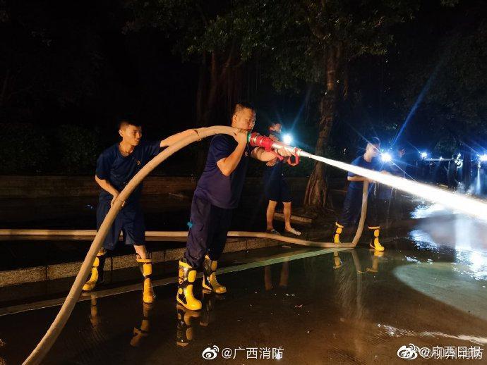 柳州 洪水退去,消防连夜奋战清淤