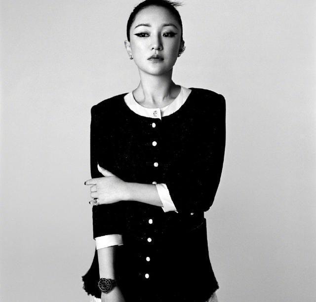 """周迅最新杂志照太魅了,黑白造型显高端,""""真空""""搭配很大胆"""